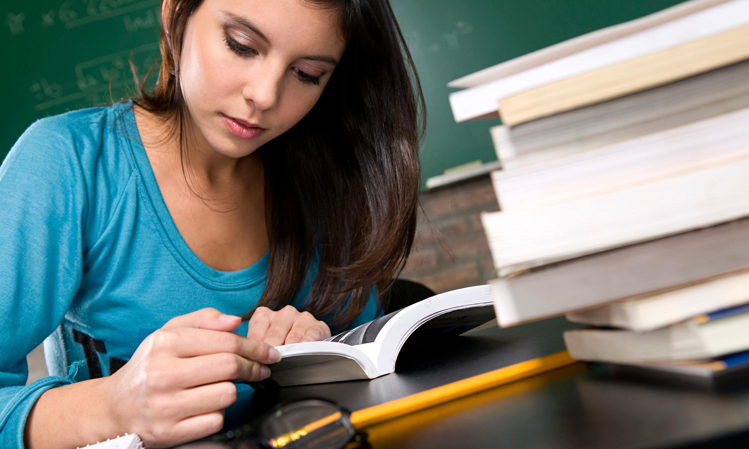 Female student studying 014 - شابک و فیپای کتاب چیست ؟ | کاربرد شابک کتاب | خدمات چاپ کتاب موسسه ایزی تز